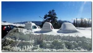 piazza floresta con macchine coperte dalla neve