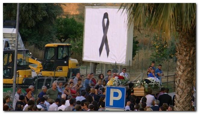 bare e lutto su un cartellone pubblicitario