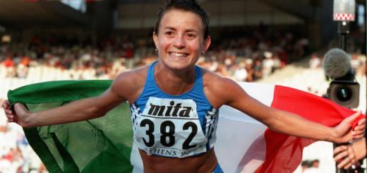 Annarita Sidoti con la medaglia d'oro alla fine della 20 chilometri marcia dei Mondiali di atletica di Atene del 1997 (AP Photo/Doug Mills, File)