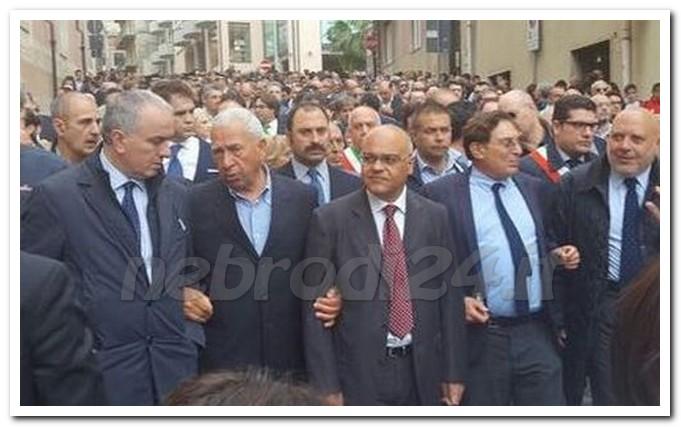 Corteo solidarietà a Giuseppe Sidoti a S. Agata di Militello. ANSA/GIANLUCA ROSSELLINI